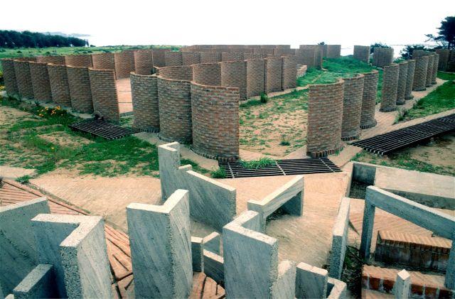 El cementerio de Amereida, hace quince años, en construcción por profesores y estudiantes.
