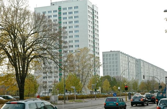 """Arquitectura """"revolucionaria"""" alemana: superbloques en lo que era Berlín Oriental, """"maquillados"""" hace poco para mejorarlos. Véase la fachada lateral del más alejado, pintada para  sugerir profundidad."""