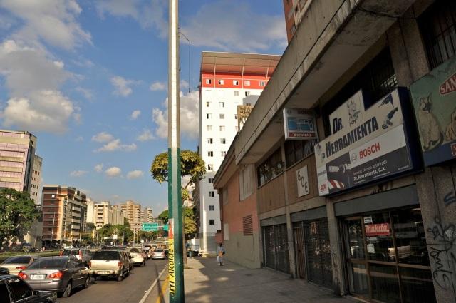 """En la Ave. Libertador de Caracas asoma, violando retiros, una """"inserción"""" de la Misión Vivienda"""