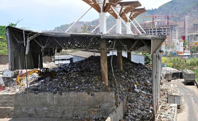 """2. Apenas a dos cuadras de Fuerte Tiuna y sus edificios (al fondo), las montañas de basura de una """"Planta de Transferencia"""" nunca concluida."""