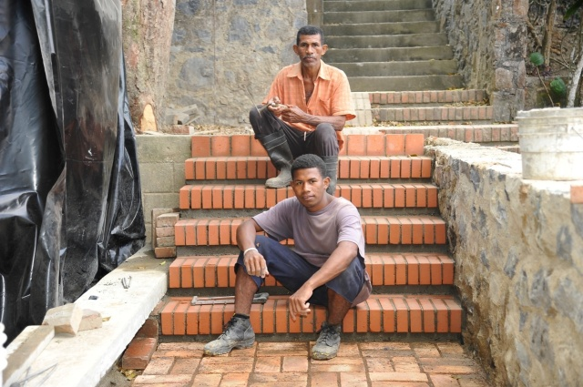 Jaime Caballero Ligardo y su hijo John Jairo, en su escalera.