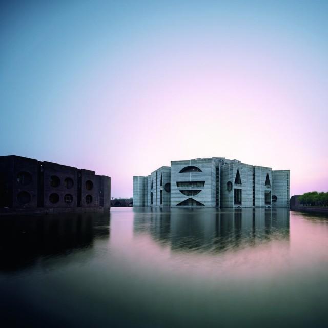 La extraordinaria presencia de la Asamblea Nacional de Dacca, Bangladesh (1962-74 y más), de Luis Kahn