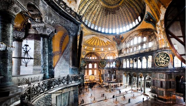 Santa Sofía, hoy Hagiasofia en Estambul (año 562, versión actual). Arquitectura milenaria que habla de conflictos religiosos y secularización.