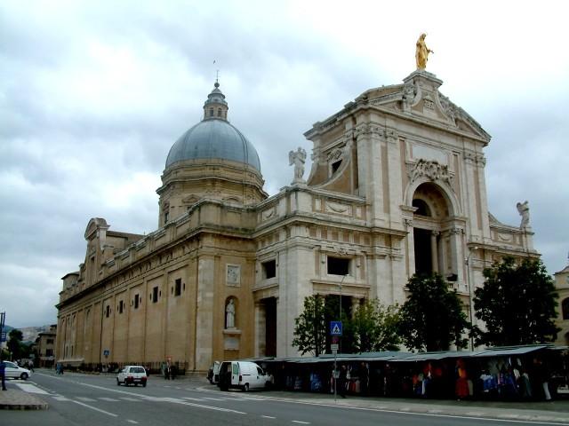 1.Basílica de Santa María de los Ángeles cerca de Asís