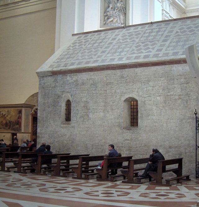 2.Bajo la cúpula de la Basílica, la Porciúncula