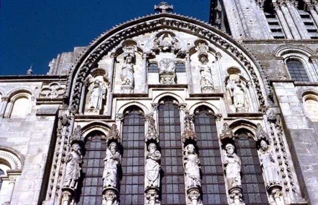 En Vezelay, románica, esculturas como cariátides del gótico temprano.