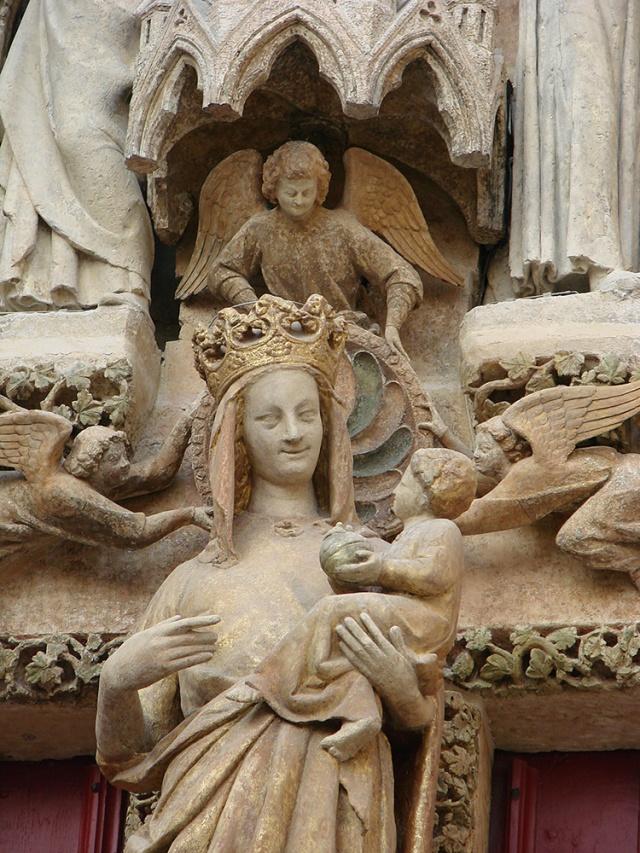 6. La Virgen Dorada de Amiens, adosada a la columna central del pórtico. Una reproducción de ella debimos dibujar los alumnos de Ventrillon en la Facultad de Arquitectura.