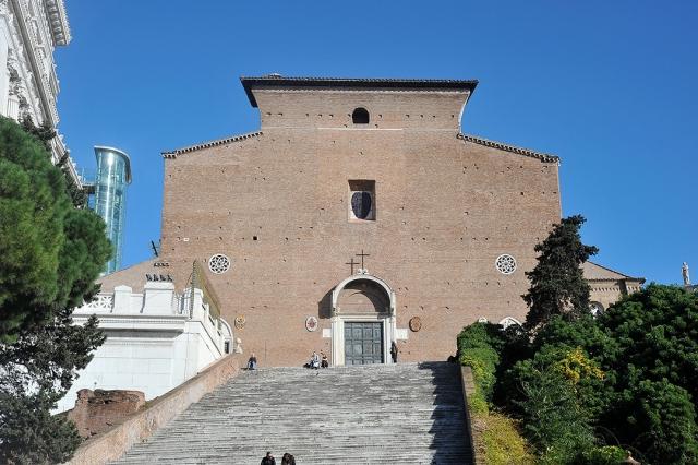 7.Santa María de Aracoeli en Roma, junto al Capitolio, mostrando su desnudez extraordinariamente digna.