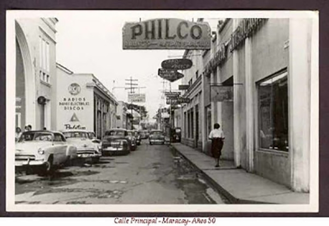 1.Calle Principal de Maracay. El primer carro fuera de alineamiento es el Dodge 1948.
