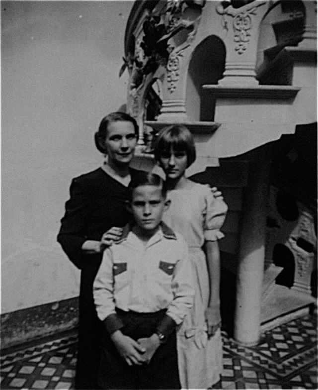 Mi madre, con Carlota y Edgardo mis hermanos. Atrás la escalera de caracol.