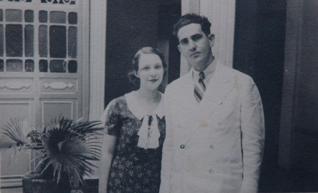 Mis padres recién casados frente a la romanilla de la casa de mi abuela materna
