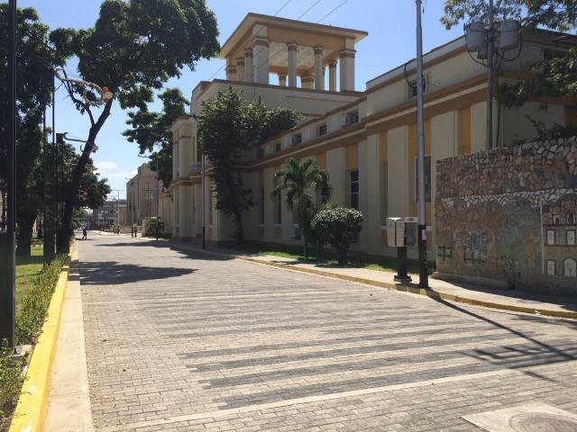 Del lado Oeste de la Plaza Bolívar lo que se llamaba el Hospital Civil, hoy Carlos Guinand Sandoz (su arquitecto)