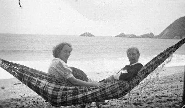 Mi abuela materna y una prima de mi madre en Ocumare con La Peña al fondo