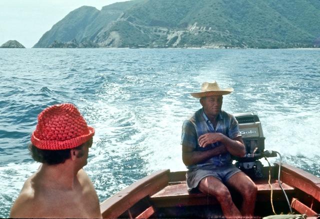 4. Juan Plate y mi compañero de pesca submarina  y buceo, Pedro Gluecksmann, navegando desde Ocumare hacia el Oeste.