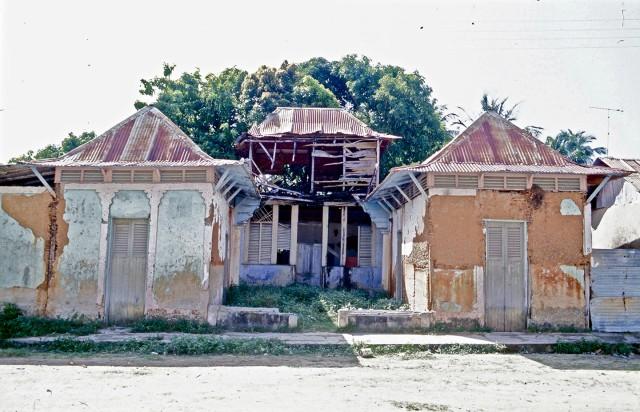 La casa del General Balduz en Macuro, foto de hace más de veinte años. Abandonada a pesar de ser un vestigio importante de la época de reconstrucción de Macuro a comienzos del Siglo Veinte. Es de bahareque. El trabajo de la madera es con celosías.