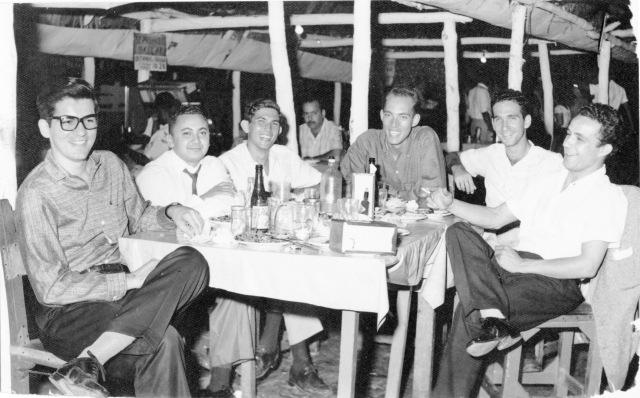 Desde la izquierda José Ignacio Rodríguez Lombillo, Régulo Arias, un amigo cubano cuyo nombre no retuve, mi persona, Antonio García-Crews y Rafael Iribarren, luego de cenar lechón en el San Pedro Bar de La Habana el 3 de Mayo de 1960.